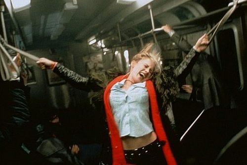 Frankie Paige bičována v metru...