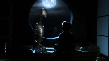 David prosící mimozemskou bytost o vrácení své maminky...