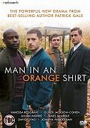 Muž v oranžové košili