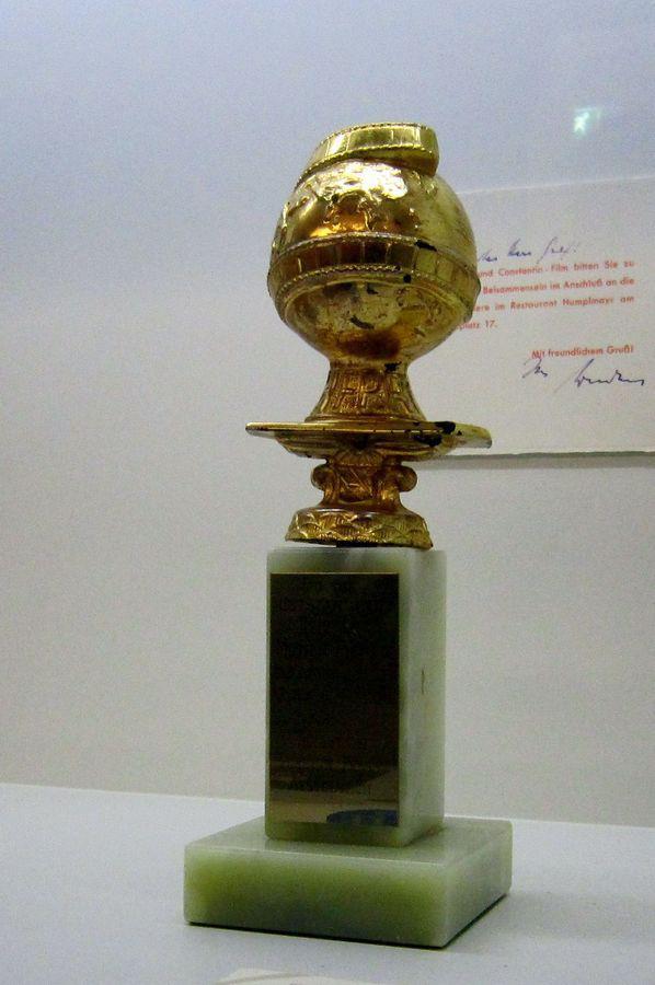 Zlatý glóbus ve filmovém muzeu v Berlíně.