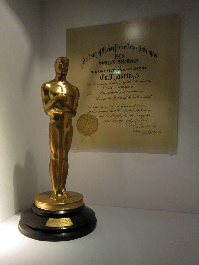 Soška Oscara ve filmovém muzeu v Berlíně.