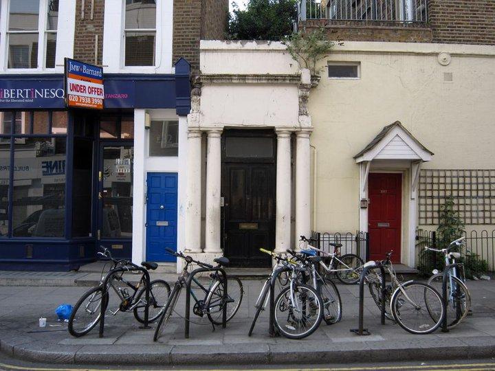 Dveře Thackerova bytu (původně modré, vydražené, jsou nahrazeny černými, aby nepoutaly tolik pozornosti).