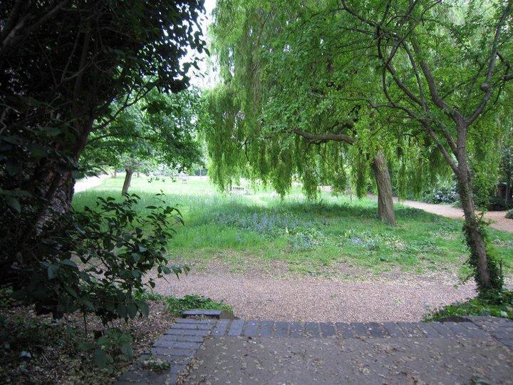 Zahrady 'Rosmead', ve kterých v noci romantiční Julia Roberts (alias Anna S.) a Hugh Grant (alias William T.). Lavička, na které seděli/leželi tam není, byla koupená a odvezena do Perthu.