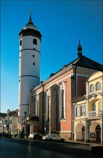 Kostel Narození Panny Marie se šikmou věží