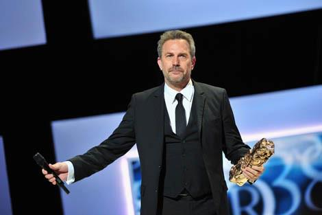 Fotka: Kevin was honored with a Lifetime Achievement Award at the César Awards this weekend in Paris. Watch as French TV personality Antoine de Caunes pays homage to Kevin before presenting his award. Video - http://bit.ly/XWzOln
