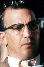 Jim Garrison (JFK) - Bůh, který pochopil pravdu a vydal se na nebezpečnou misi, aby dokázal, že všechno bylo jinak.