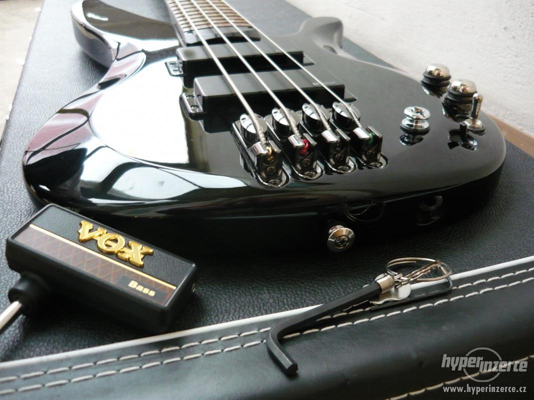 Baskytara, bicí, kytara.