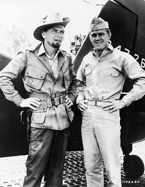 """Steve McQueen a Frank Sinatra počas nakrúcania """"Never so few"""" v roku 1959"""