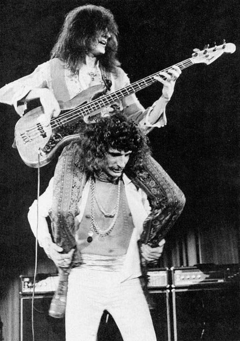Zpěvák David Byron nese na ramenou fenomenálního basáka Garyho Thaina s nímž je spojené nejlepší období Uriah Heep, a který bohužel zemřel v tom prokletém rockovém věku 27 let..