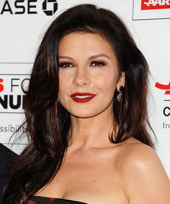 Catherine Zeta Jones je nádherná žena, ktorá bola odjakživa mojim ženským idolom od legendárneho tanca so Zorrom. Obľúbená v Terminál, Pasca, Dannyho dvanástka a Chicago